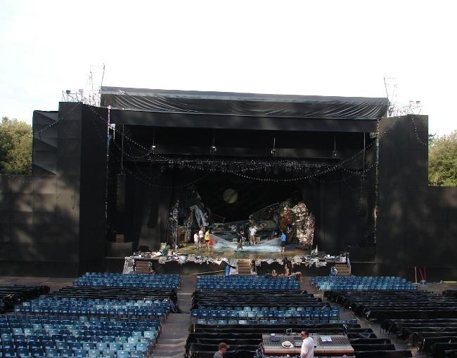 منصة مسرح بعد انتهاء الأعمال - مهرجان أوبرا